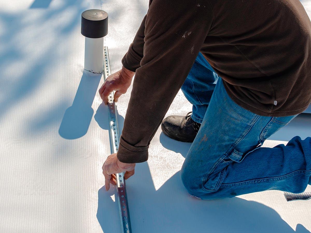 Kolejny remont dachu. Membrana dachowa PCV cię zawodzi? – Istnieje proste rozwiązanie